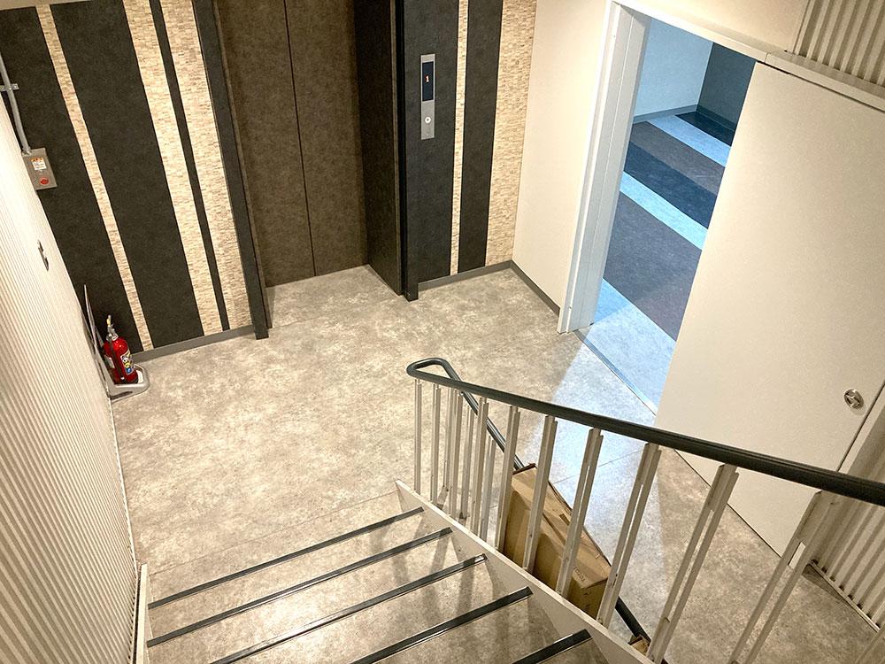 階段またはエレベーターで地下1階へ移動します